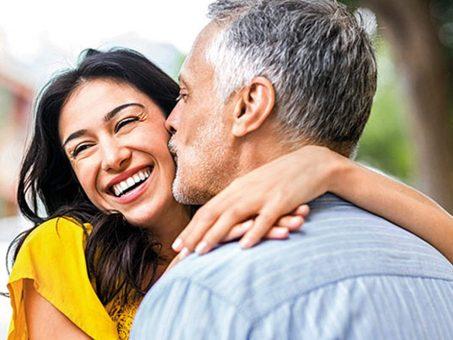 Perché le donne trovano gli uomini più anziani così attraenti